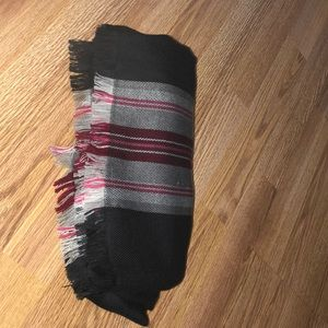 Lululemon dk Gray/pink plaid wool scarf w/ fringe